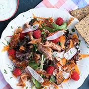 Salat med varmrøget laks og hindbær